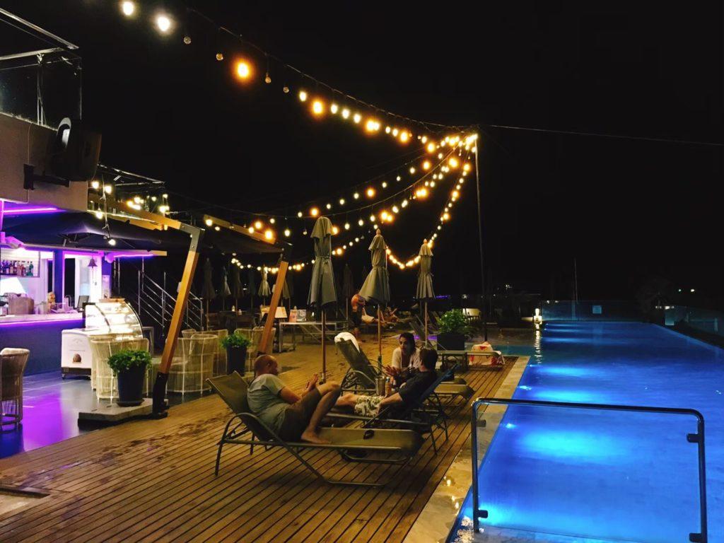 クローバーパトンプーケット夜のプール